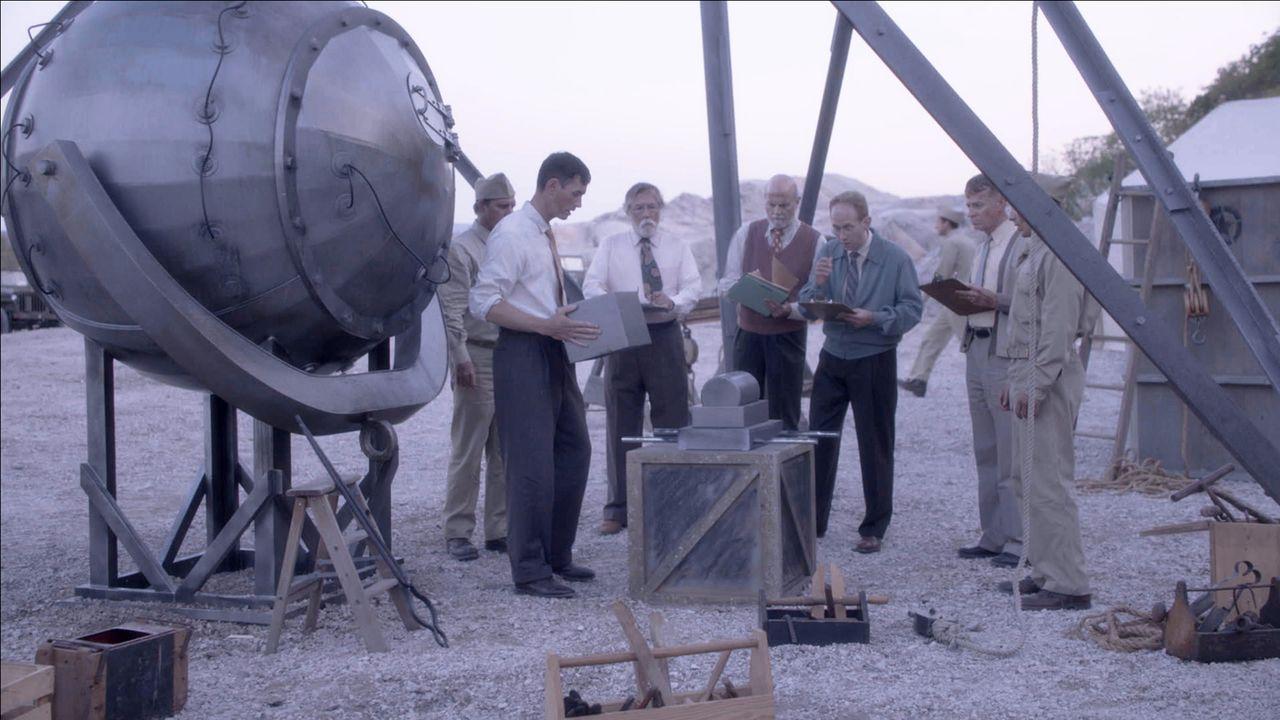 Nachdem er vier Jahre und über 2 Milliarden US-Dollar investiert hat, hat Oppenheimer (2.v.l.) schließlich eine Atombombe gebaut, die getestet werde... - Bildquelle: NAT GEO