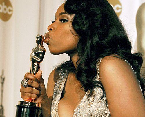 Jennifer Hudson und küsst ihren Oscar für die beste Nebendarstellerin in dem Film Dreamgirls. (Februar 2007) - Bildquelle: dpa