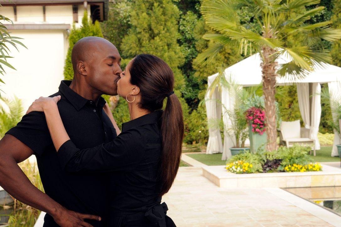 Während Marisol versucht, Zeit im Haus der Powells zu verbringen, um mehr über Flora herauszufinden, weiß Carmen (Roselyn Sanchez, r.), wie sie Sam... - Bildquelle: ABC Studios