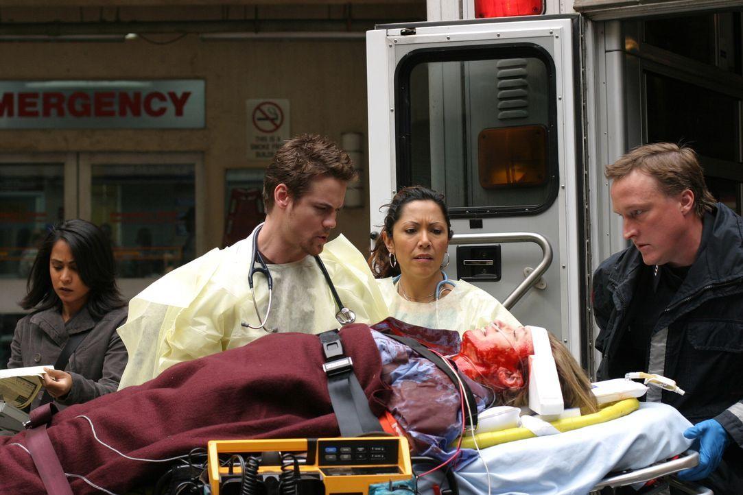 Shelley (Katie Mitchell, liegend) wurde schwer verletzt. Neela (Parminder Nagra, l.), Ray (Shane West, 2.v.l.), Chuny (Laura Ceron, 2.v.r.) und Duma... - Bildquelle: WARNER BROS