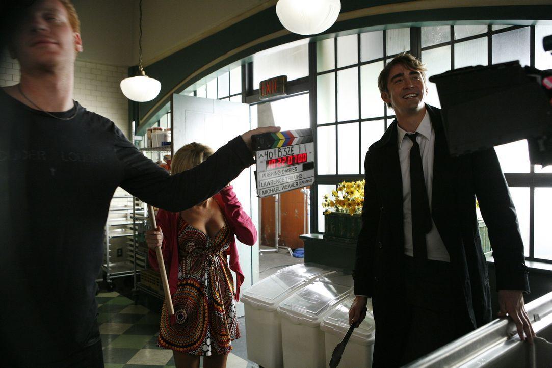 Hinter den Kulissen: Kristin Chenoweth (hinten) alias Olive und Lee Pace (vorne) alias Ned bereiten sich auf die nächste Szene vor ... - Bildquelle: Warner Brothers