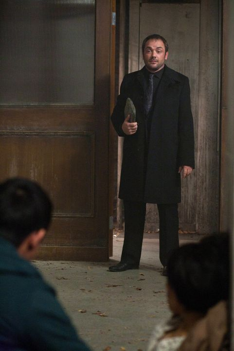 Sollte tatsächlich Crowley (Mark Sheppard) derjenige sein, der bei einer ganz besonderen Auktion am meisten bietet? - Bildquelle: Warner Bros. Television