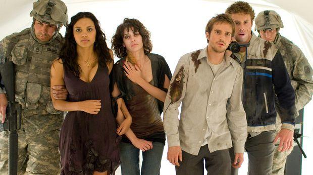 Als das Militär die Freunde Rob (Michael Stahl-David, 3.v.r.), Lily (Jessica...