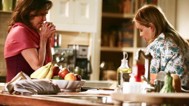 Nora (Sally Field, l.) erzählt Kitty (Calista Flockhart, r.) von dem Date in...