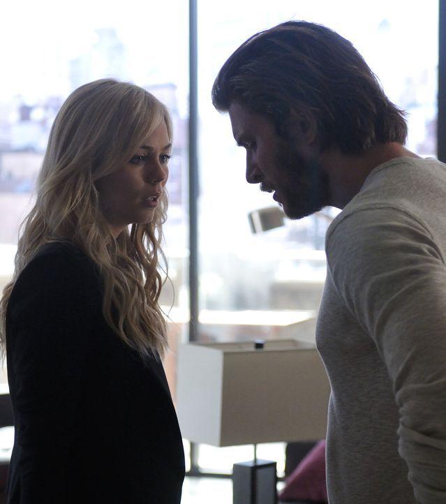 Als Clay (Greyston Holt, r.) Elena (Laura Vandervoort, l.) nach Toronto begleitet, bekommt er Einblicke in ihr zweites Leben, die ihm ganz und gar n... - Bildquelle: 2014 She-Wolf Season 1 Productions Inc.