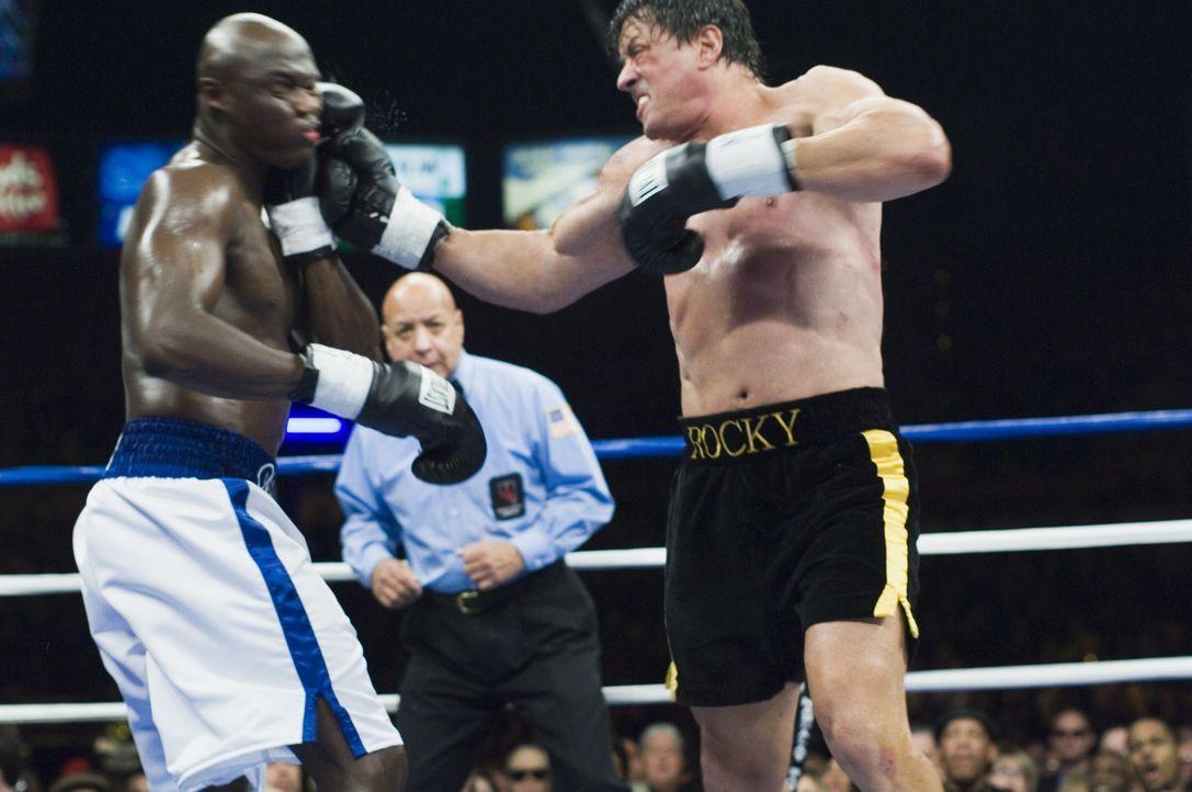 """Ein Fernsehsender veranstaltet einen virtuellen Kampf zwischen Rocky (Sylvester Stallone, r.) und dem aktuellen Weltmeister aller Klassen, Mason """"Th..."""