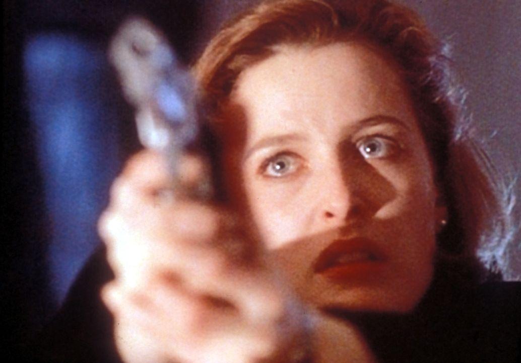 Weil sie glaubt, ihr Kollege sei zur anderen Seite übergelaufen, bedroht ihn Scully (Gillian Anderson) ... - Bildquelle: TM +   Twentieth Century Fox Film Corporation. All Rights Reserved.