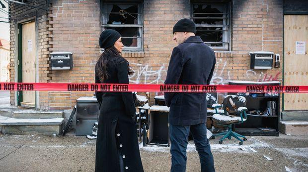 Holmes (Jonny Lee Miller, r.) und Watson (Lucy Liu, l.) untersuchen den Mord...