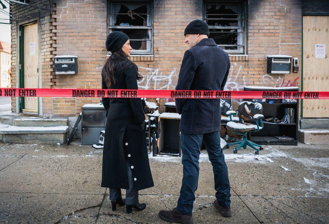 Holmes (Jonny Lee Miller, r.) und Watson (Lucy Liu, l.) untersuchen den Mord an einem professionellen Video-Game-Spieler, der vor laufender Kamera v... - Bildquelle: Michael Parmelee 2016 CBS Broadcasting, Inc. All Rights Reserved