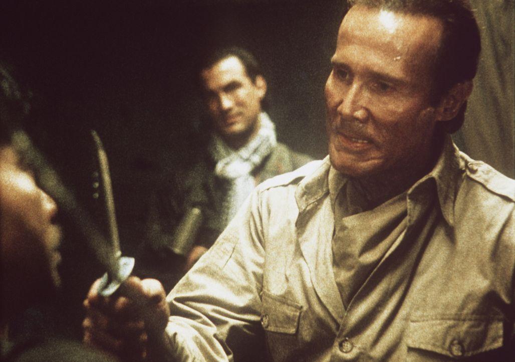 Dem Chicagoer Cop Toscani (Steven Seagal, l.) entgeht nichts: auch nicht der sadistische Zagon (Henry Silva, r.) ... - Bildquelle: Warner Bros.