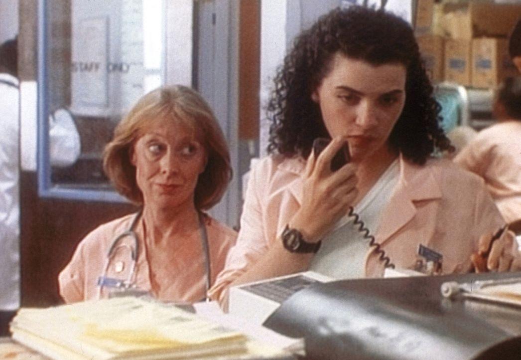 Schwester Lydia (Ellen Crawford, l.) und Carol (Julianna Margulies, r.) meistern den Stress in der Notaufnahme wie immer eindrucksvoll ... - Bildquelle: TM+  WARNER BROS.