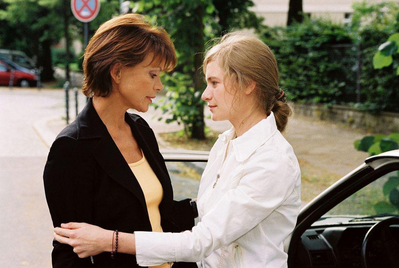Chrissie (Julia Jentsch, r.) verabschiedet sich von ihrer Mutter Susanne (Uschi Glas, l.). - Bildquelle: Oliver Pflug Sat.1