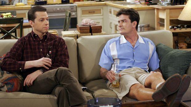 Zwei ewige Streithähne: Charlie (Charlie Sheen, r.) und Alan (Jon Cryer, l.)...