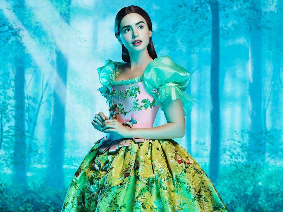 Für die böse Königin ist es ein Unding, dass die Schönste im ganzen Land Schneewittchen (Lily Collins) sein soll. Dagegen lässt sich doch einiges tu... - Bildquelle: Jan Thijs STUDIOCANAL