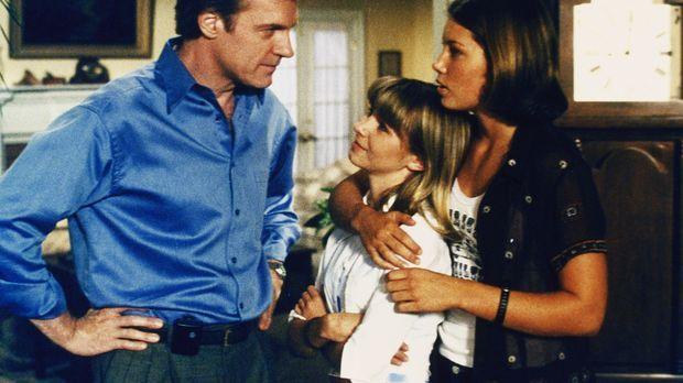 Mary (Jessica Biel, r.) hat das Gefühl, dass mit Lucys (Beverly Mitchell, M.)...