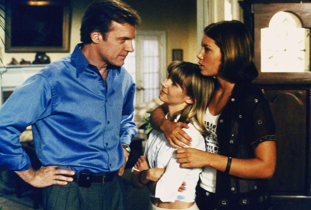 Mary (Jessica Biel, r.) hat das Gefühl, dass mit Lucys (Beverly Mitchell, M.) neuer bester Freundin etwas nicht stimmt und erzählt Eric (Stephen Col... - Bildquelle: The WB Television Network