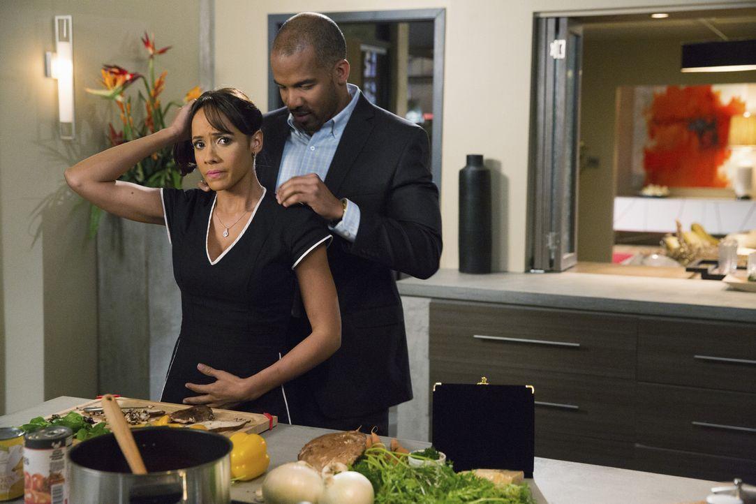 Nachdem Rosie (Dania Ramirez, l.) den Verdacht hat, dass Reggie (Reggie Austin, r.) nicht mit offenen Karten spielt, trifft sie eine Entscheidung ... - Bildquelle: 2014 ABC Studios