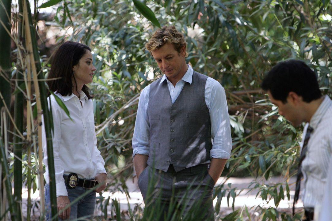 Stehen vor einem Rätsel. Doch Teresa (Robin Tunney, l.), Kendall (Tim Kang, r.) und Patrick (Simon Baker, M.) versuchen alles, um den Mörder von Ros... - Bildquelle: Warner Bros. Television