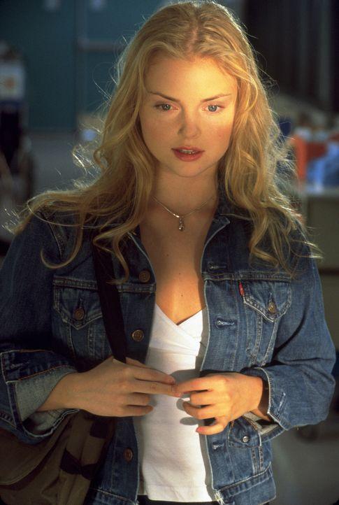 """Um den fatalen Vampirvirus außer Kraft setzen zu können, muss Megan (Izabella Miko) den obersten Chef der Blutsauger, den """"unsterblichen Killer"""" t... - Bildquelle: 2003 Sony Pictures Television International. All Rights Reserved."""