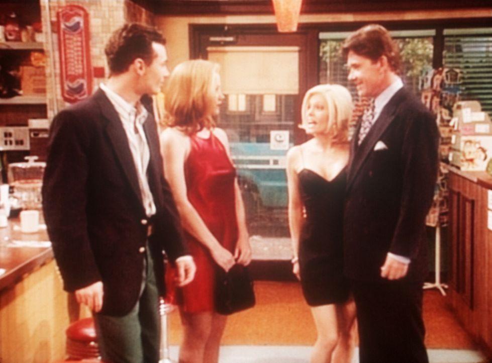 Kelly (Christina Applegate, 2.v.l.) trifft mit ihrem neuen Verehrer einen alten mit neuer Flamme. - Bildquelle: Sony Pictures Television International. All Rights Reserved.