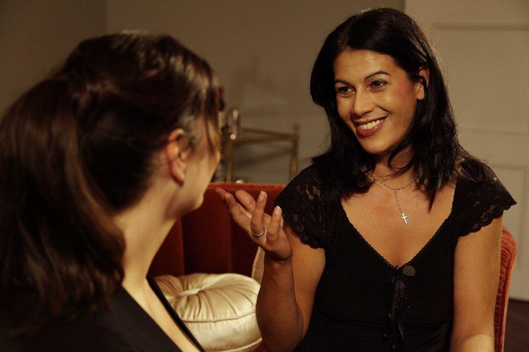 Paula Lambert (l.) unterhält sich heute mit der 36-jährigen Michaela (r.). - Bildquelle: sixx