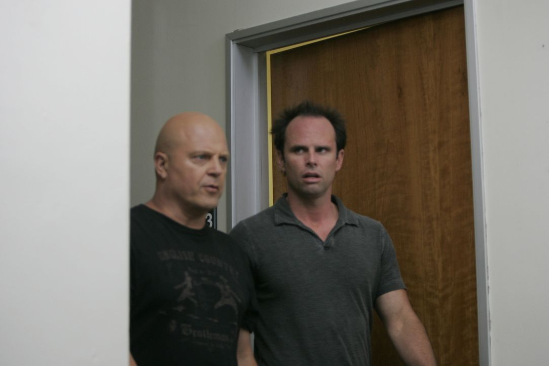 Mackey (Michael Chiklis, l.) und Vendrell (Walton Goggins, r.) machen gemeinsame Sache und versuchen, das Vertrauen der Armenier zu gewinnen ... - Bildquelle: 2007 Twentieth Century Fox Film Corporation. All Rights Reserved.