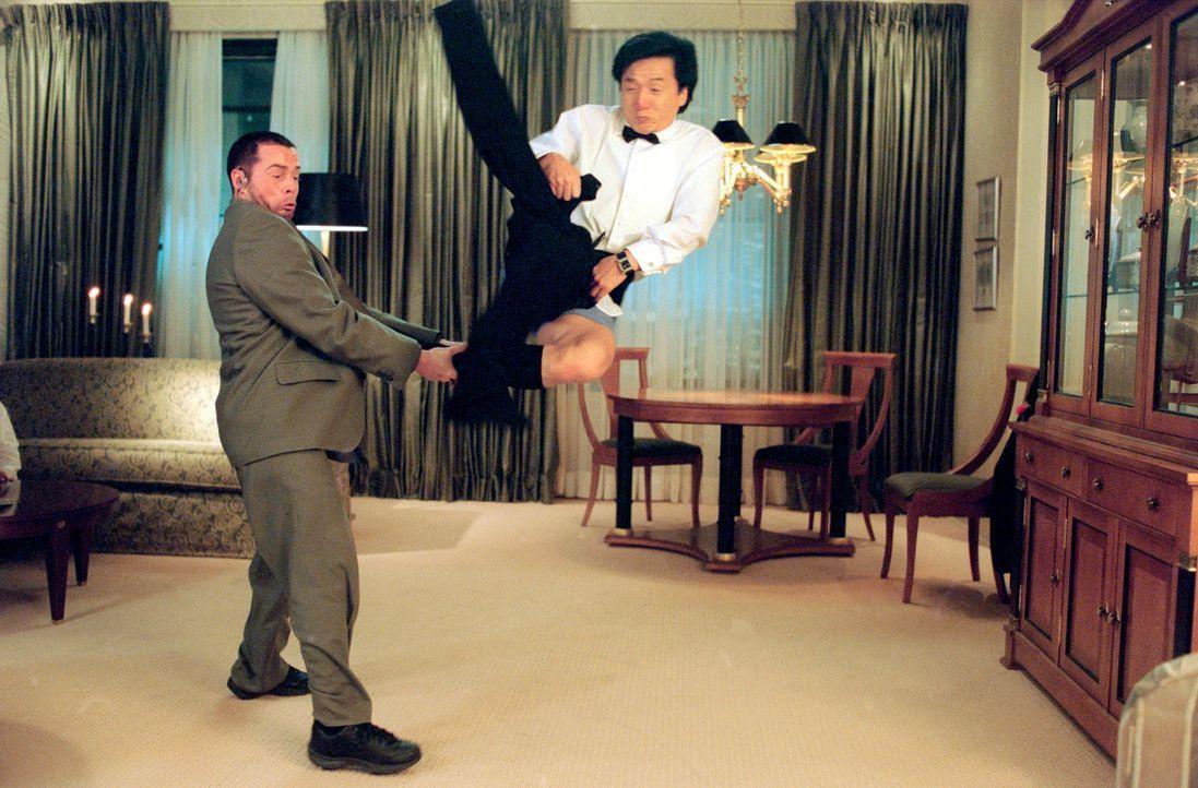 Wenn doch Jimmy (Jackie Chan, r.) seinen mit neuester Computertechnik ausgestatteten Wundersmoking endlich unter Kontrolle bringen könnte, dann hätt... - Bildquelle: TM &   2002 DreamWorks LLC. All Rights Reserved