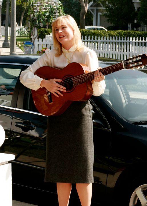 Schwester Mary (Melinda Page Hamilton) versucht alles, um aus Carlos einen besseren Menschen zu machen ... - Bildquelle: 2005 Touchstone Television  All Rights Reserved