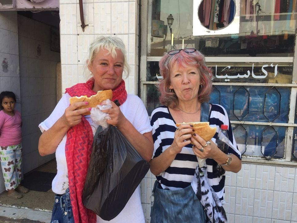 Für die ungleichen Schwestern Gabi und Claudia geht es nach Marokko, wo sie einmal in ihrem Leben auf einem Kamel sitzen wollen. - Bildquelle: kabel eins