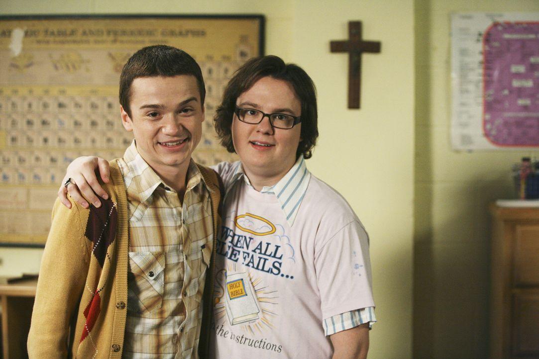 Dale (Clark Duke, r.) lädt seinen alten besten Freund Kirk (Dan Byrd, l.) ein, der Rustys neuer Mitbewohner werden soll ... - Bildquelle: 2008 ABC Family