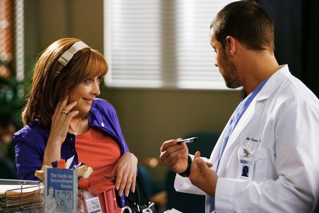 Eine Frau baggert Alex (Justin Chambers, r.) auf dem Krankenhausflur unverhohlen an, so dass er schnell zu verschwinden versucht, doch dann teilt si... - Bildquelle: Touchstone Television