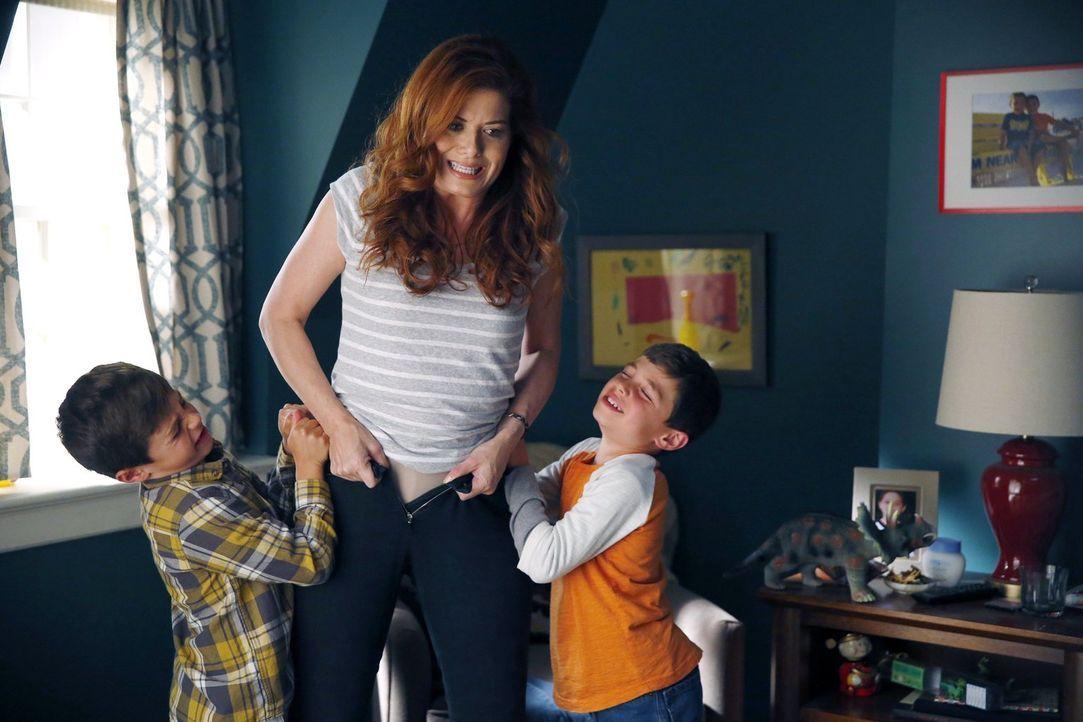 Laura (Debra Messing, M.) stellt für ihre Söhne Harrison (Vincent Reina) und Nicholas (Charlie Reina) ein Kindermädchen ein - doch ganz kann sie ihr... - Bildquelle: Warner Bros. Entertainment, Inc.