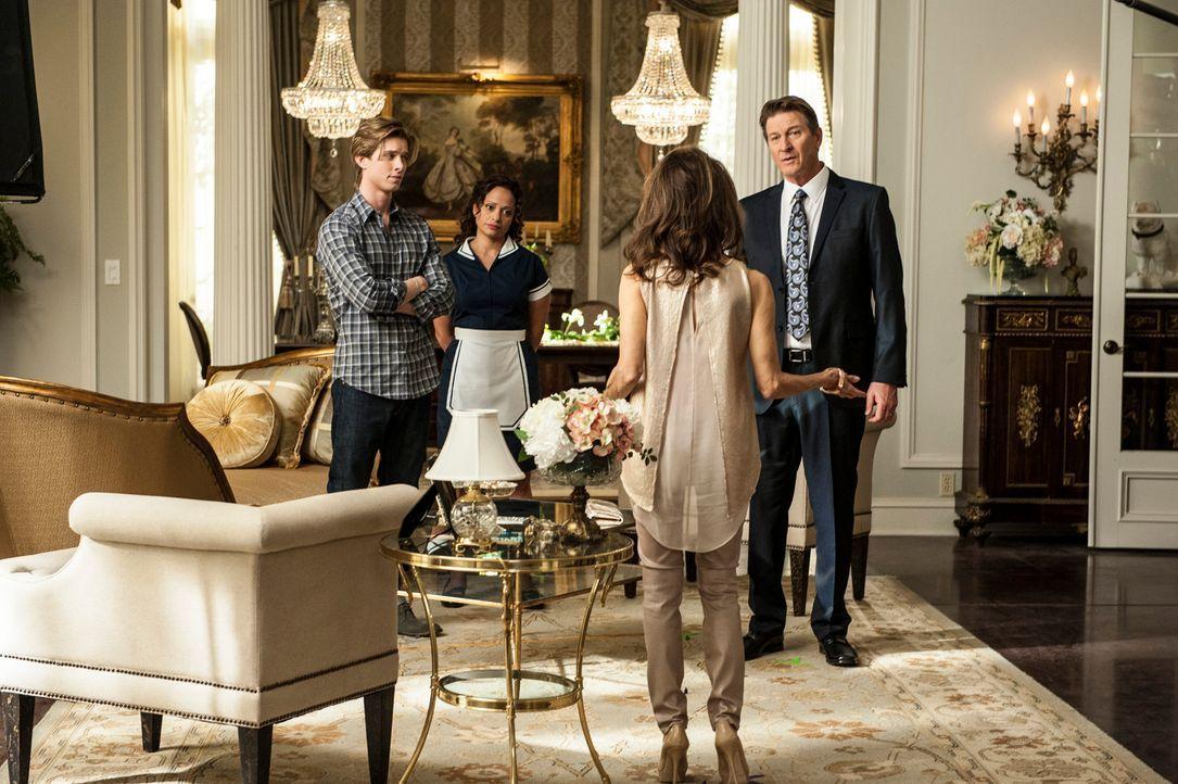 Michael (Brett Cullen, r.) hat eine schlechte Nachricht für Genevieve (Susan Lucci, 2.v.r.), Remi (Drew Van Acker, l.) und Zoila (Judy Reyes, 2.v.l.... - Bildquelle: ABC Studios