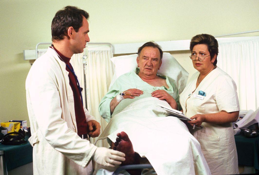 Der Empfangschef Hieronymus Cleemann (Alexander May, M.) wird mit einem Zuckerschock ins Krankenhaus eingeliefert - ihm droht eine Beinamputation. D... - Bildquelle: Noreen Flynn Sat.1
