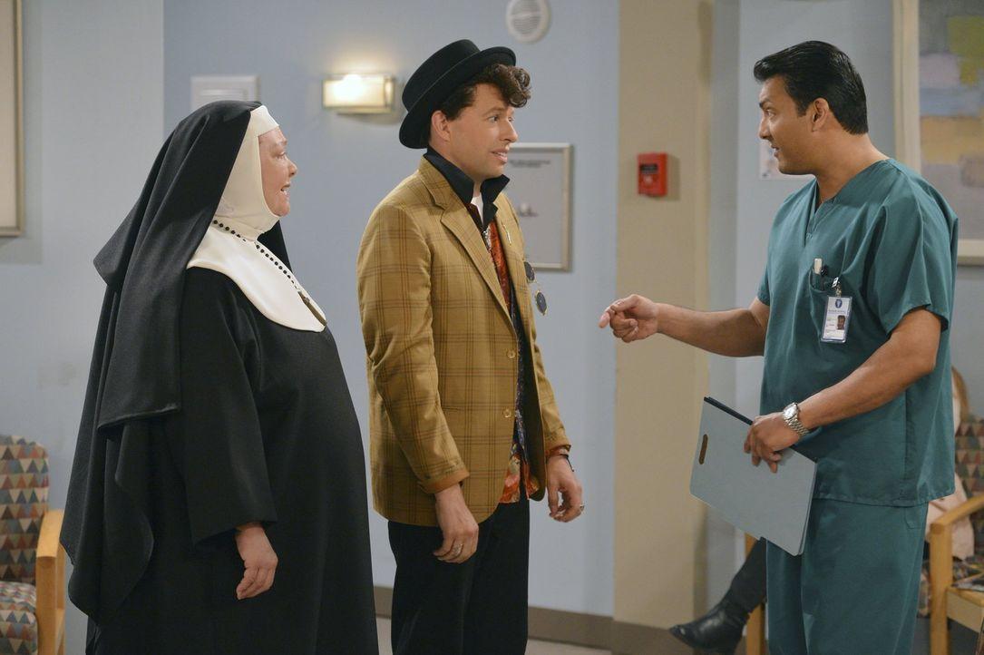 Nach einem Herzinfarkt wurde Walden ins Krankenhaus eingeliefert. Alan (Jon Cryer, M.) und Berta (Conchata Ferrell, l.) erkundigen sich bei Dr. Praj... - Bildquelle: Warner Brothers Entertainment Inc.