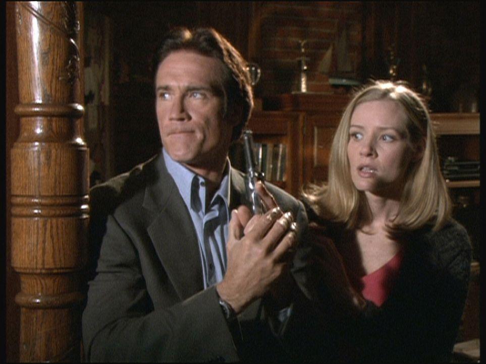 Steve (Barry Van Dyke, l.) und Ellen (Kim Quinn, r.) haben sich in das Hauptquartier einer Sekte eingeschlichen und befürchten, entdeckt zu werden. - Bildquelle: Viacom