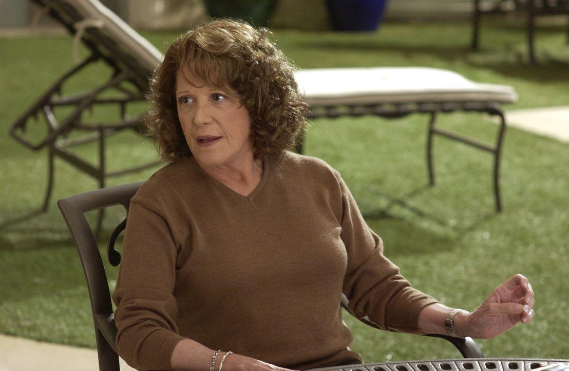 Nana (Linda Lavin) bringt tragische Neuigkeiten mit sich ... - Bildquelle: Warner Bros. Television