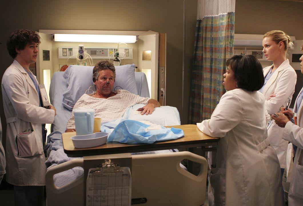 Dr. Bailey (Chandra Wilson, 2.v.r.), Izzie (Katherine Heigl, r.) und George (T.R. Knight, l.) haben einen neuen Patienten (Timothy Bottoms, 2.v.l.),... - Bildquelle: Touchstone Television