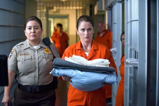 The Mentalist - Teresa Lisbon (Robin Tunney, vorne) ermittelt Undercover in e...