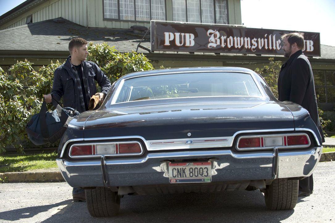 Dean (Jensen Ackles, l.) und Crowley (Mark Sheppard, r.) machen sich zusammen auf den Weg, um Metatron zu töten. Doch welche Vorteile sieht der Teuf... - Bildquelle: 2013 Warner Brothers