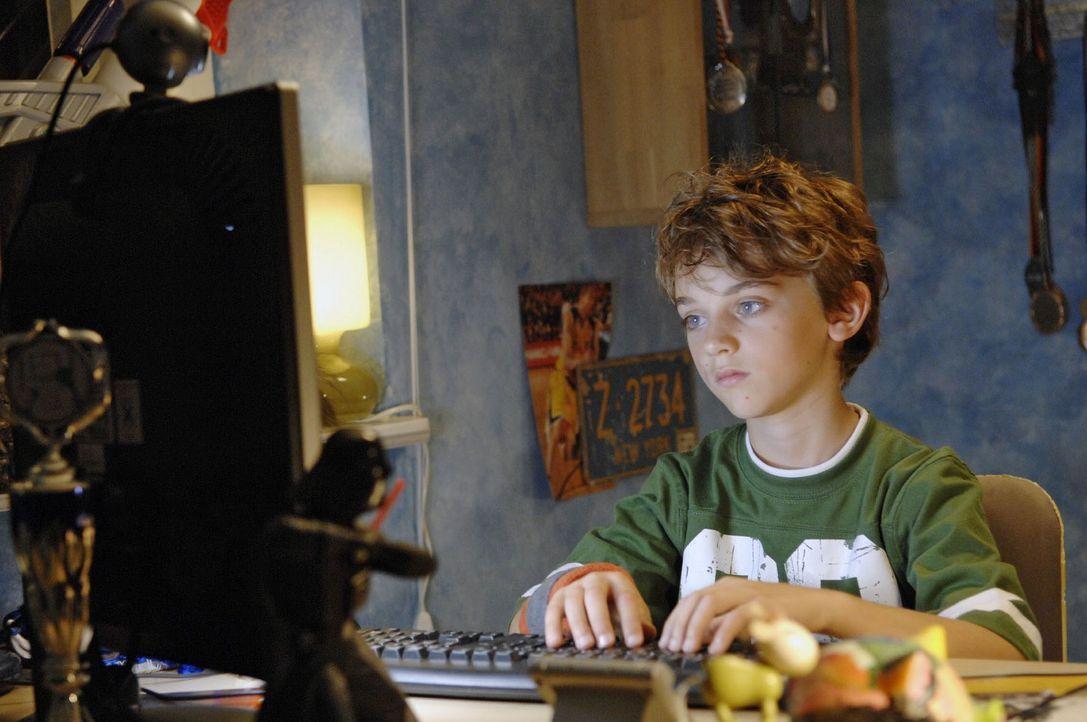 Oliver (Joel Eisenblätter) schaut in seinem Computer Videos von sich und seinem verstorbenen Vater an. - Bildquelle: Sat.1