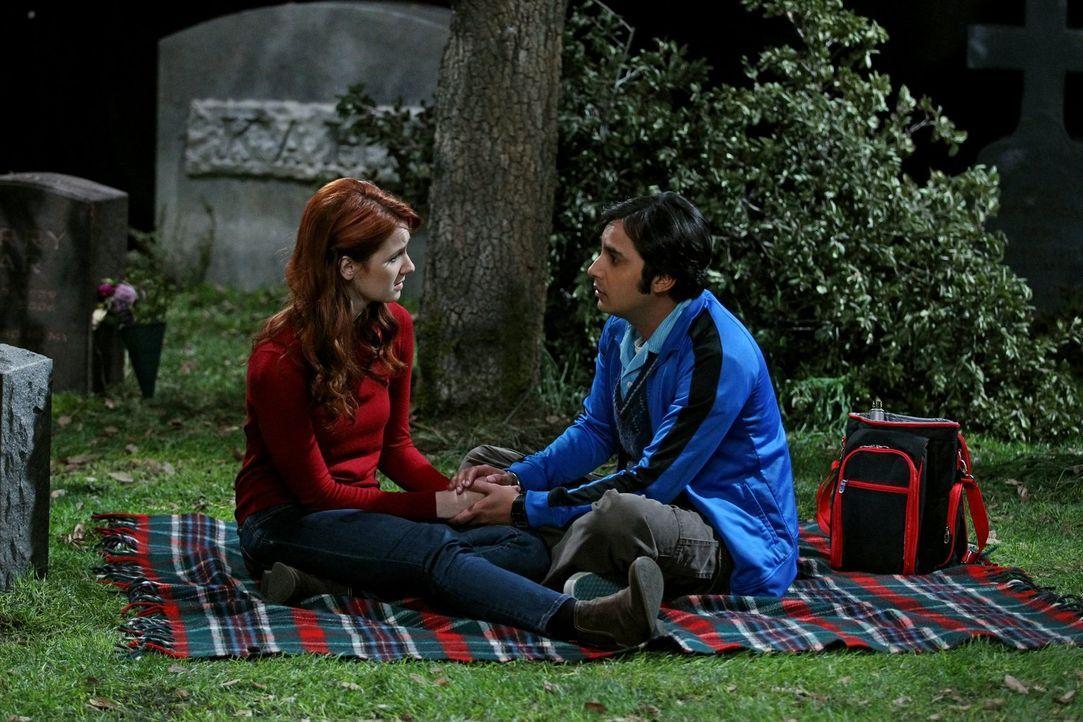 Lässt sich Raj (Kunal Nayyar, r.) breitschlagen, Emilys (Laura Spencer, l.) Fantasie zu erfüllen und mit ihr auf dem Friedhof zu schlafen? - Bildquelle: Warner Bros. Television