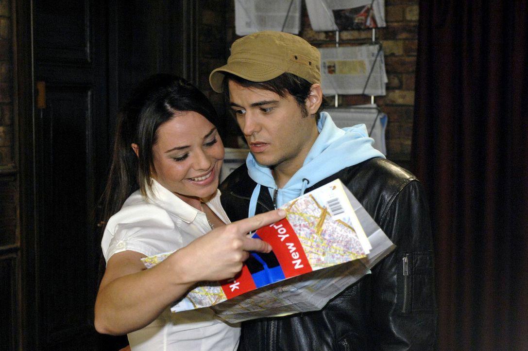 Maik (Sebastian König, r.) wird schwer ums Herz, als er Paloma (Maja Maneiro, l.) gestehen muss, dass er den Urlaub absagen muss. - Bildquelle: Oliver Ziebe Sat.1