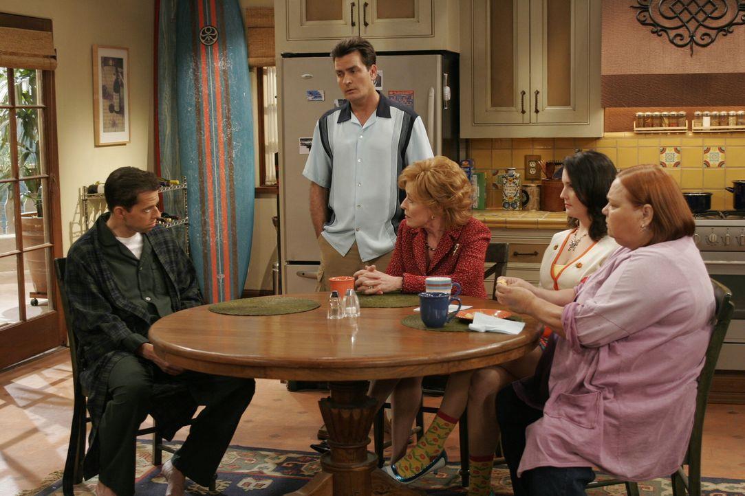 Können nicht fassen, dass sich Alane (Jon Cryer, l.) heimlich wieder mit Judith trifft: Charlie (Charlie Sheen, 2.v.l.), Evelyn (Holland Taylor, M.)... - Bildquelle: Warner Brothers Entertainment Inc.