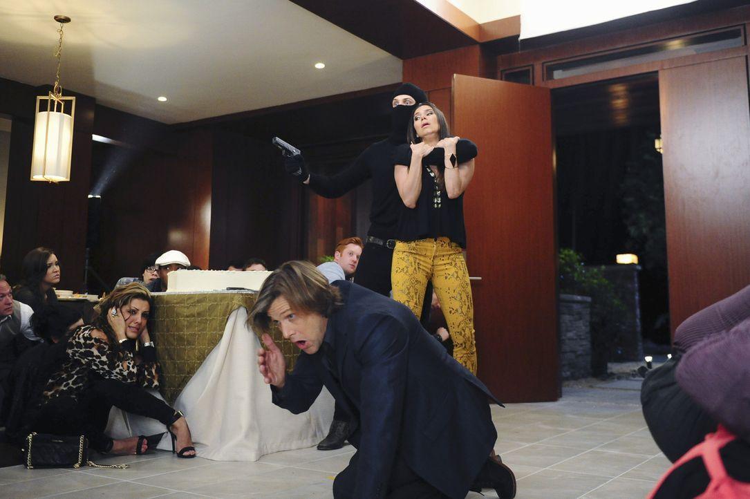Dieses Mal will Carmen (Roselyn Sanchez, hinten r.) nicht tatenlos zusehen und beweist einigen Mut, um Spence (Grant Show, vorne) und dessen Gäste z... - Bildquelle: 2014 ABC Studios