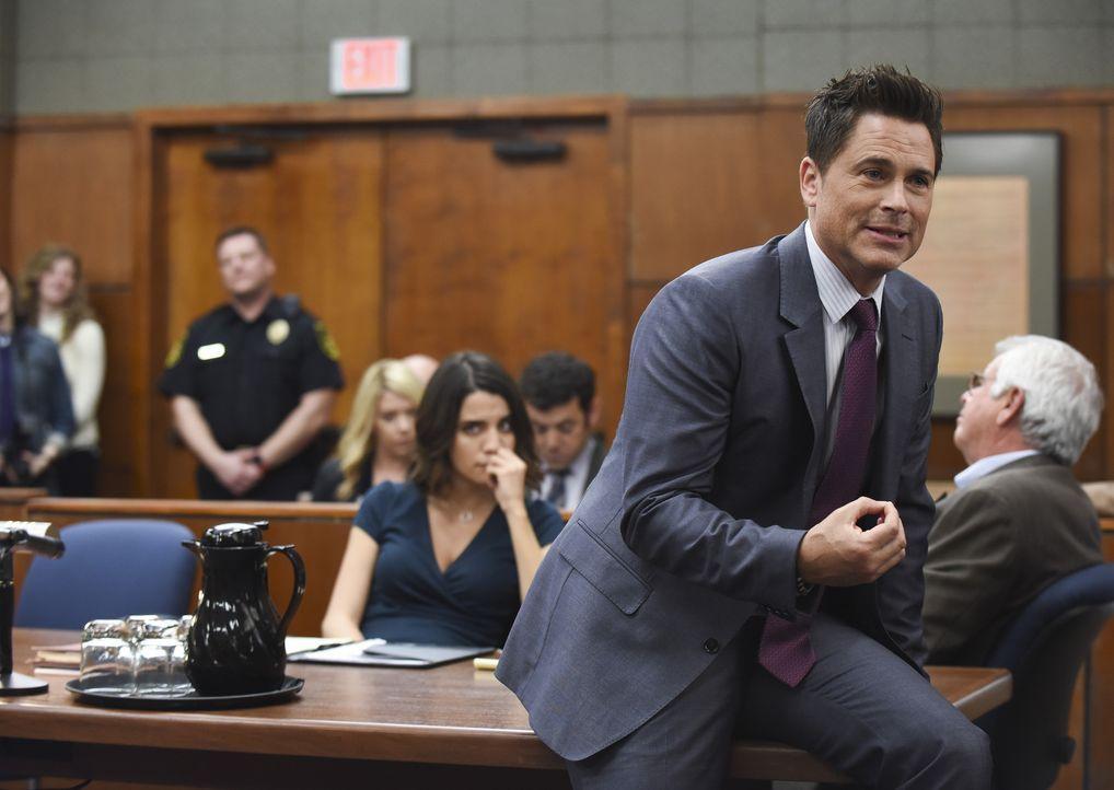 Dean (Rob Lowe, vorne) vertritt seinen Vater im Amtsmissbrauch-Prozess, doch im echten Gericht ist er längst nicht so selbstbewusst, wie der Grinder... - Bildquelle: 2015-2016 Fox and its related entities.  All rights reserved.