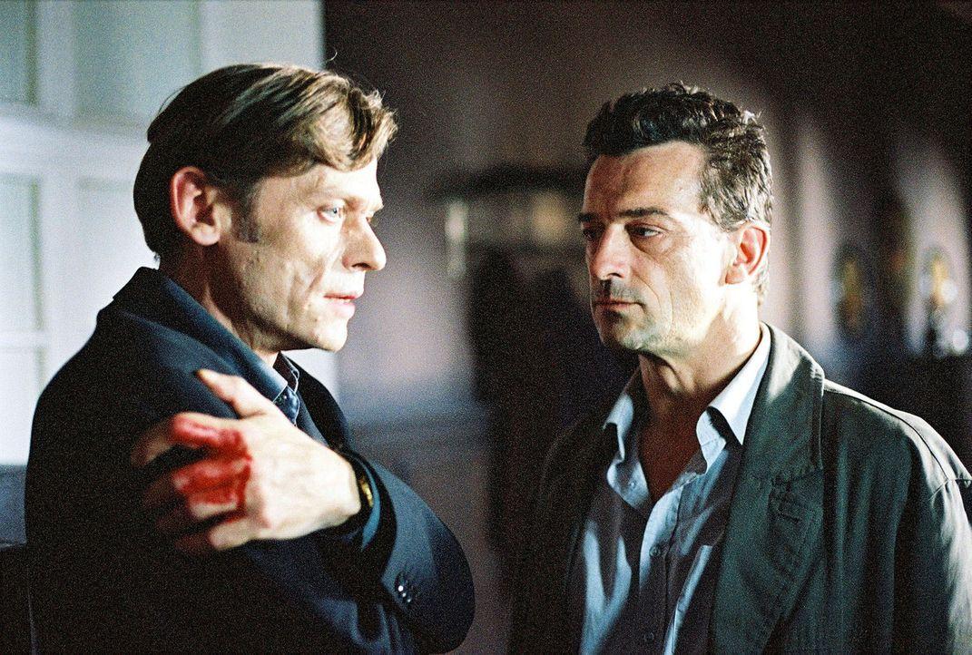 Steiner (Thomas Sarbacher, r.) nimmt Christian Rilling (Sylvester Groth, l.) wegen Mordes aus Habgier fest. - Bildquelle: Thomas Kost Sat.1