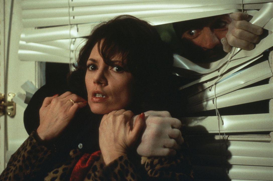 Lori (Joanne Whalley-Kilmer, l.) im Griff des Killers Boris (Alfred Molina, r.) ... - Bildquelle: Warner Bros.