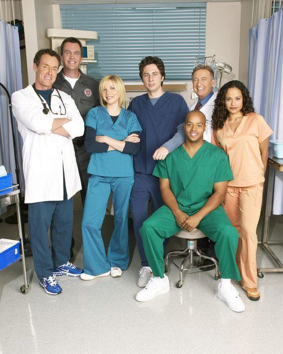 (5. Staffel) - Täglich fordert der Krankenhaus-Alltag den totalen Einsatz: J.D. (Zach Braff, M.), Turk (Donald Faison, 3.v.r.), Dr. Phil Cox (John C... - Bildquelle: Touchstone Television