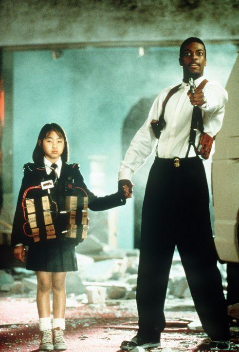 Obwohl vollständig mit hochexplosiven Bomben bestückt, hat die kleine Soo Yung (Julia Hsu , l.) wenig Angst, denn James Carter (Chris Tucker, r.) re... - Bildquelle: New Line Cinema